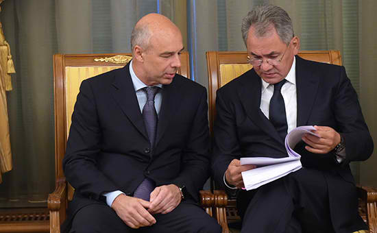 Finance minister Siluanov (left) with defense minister Shoigu (right)
